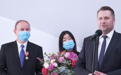 Wręczenie medali Komisji Edukacji Narodowej Państwu Brzozowskim